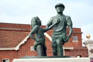 mudlark statue